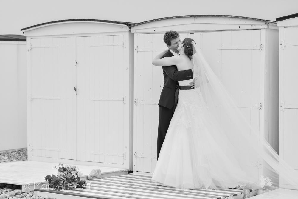 photo de couple mariage devant les cabanes de plage