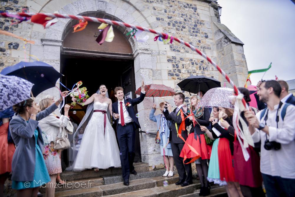 sortie d'église avec des arches et des parapluies