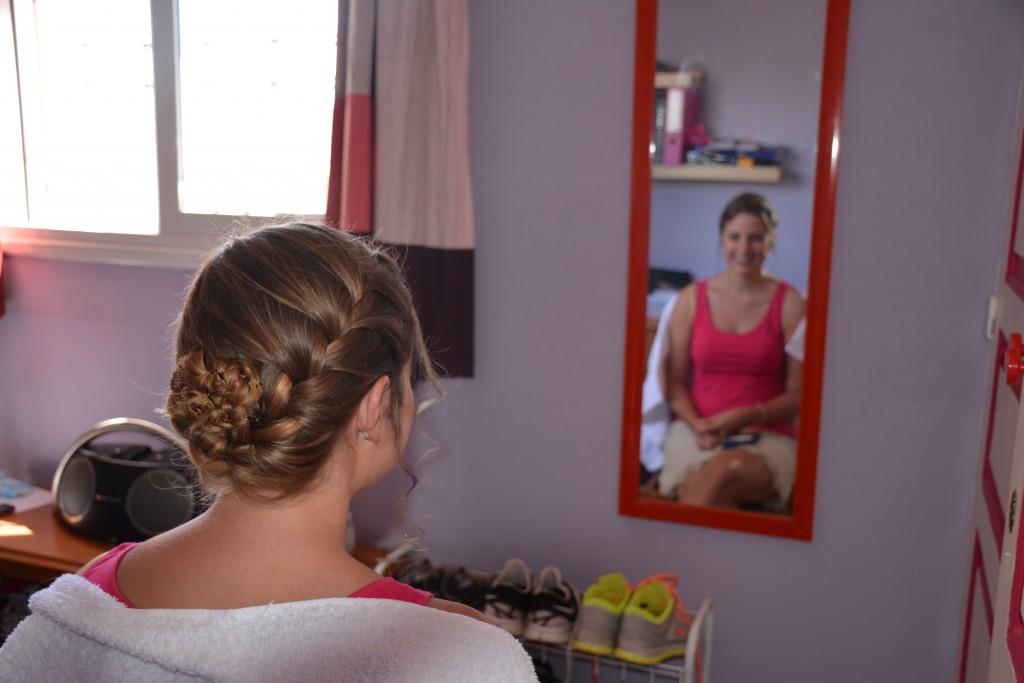 Les préparatifs de la mariée avec une coiffure tressée