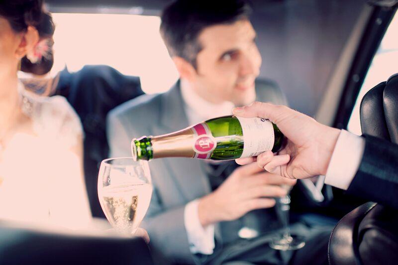 Champagne dans la voiture ! // Photo : Joyeuse Photography