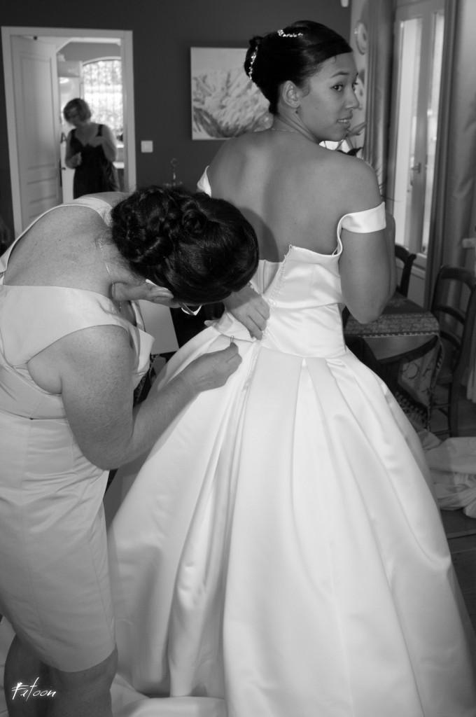 Mise en place du bustier par la Maman de la mariée