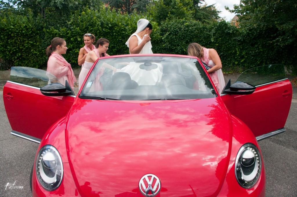 En route pour l'église à bord d'une voiture cabriolet rouge !