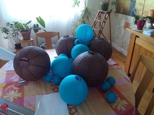 Mise en place de la décoration en bleu et marron pour notre mariage