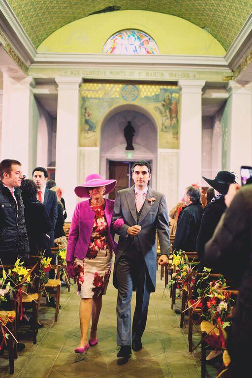 Arrivée du marié au bras de sa Maman dans l'église // Photo : Joyeuse Photography