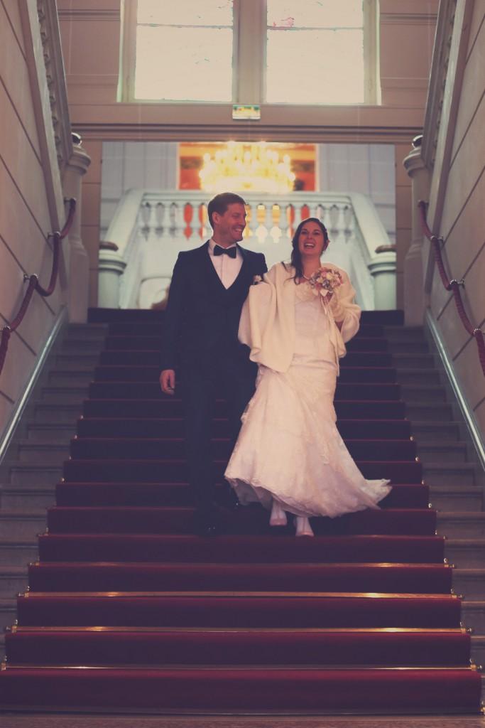 La sortie des mariés, dans le grand escalier de la mairie / photo : BabouchKAtelier