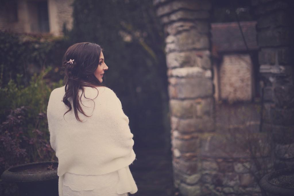 Mariée d'hiver avec étole en laine // Photo : BabouchKAtelier