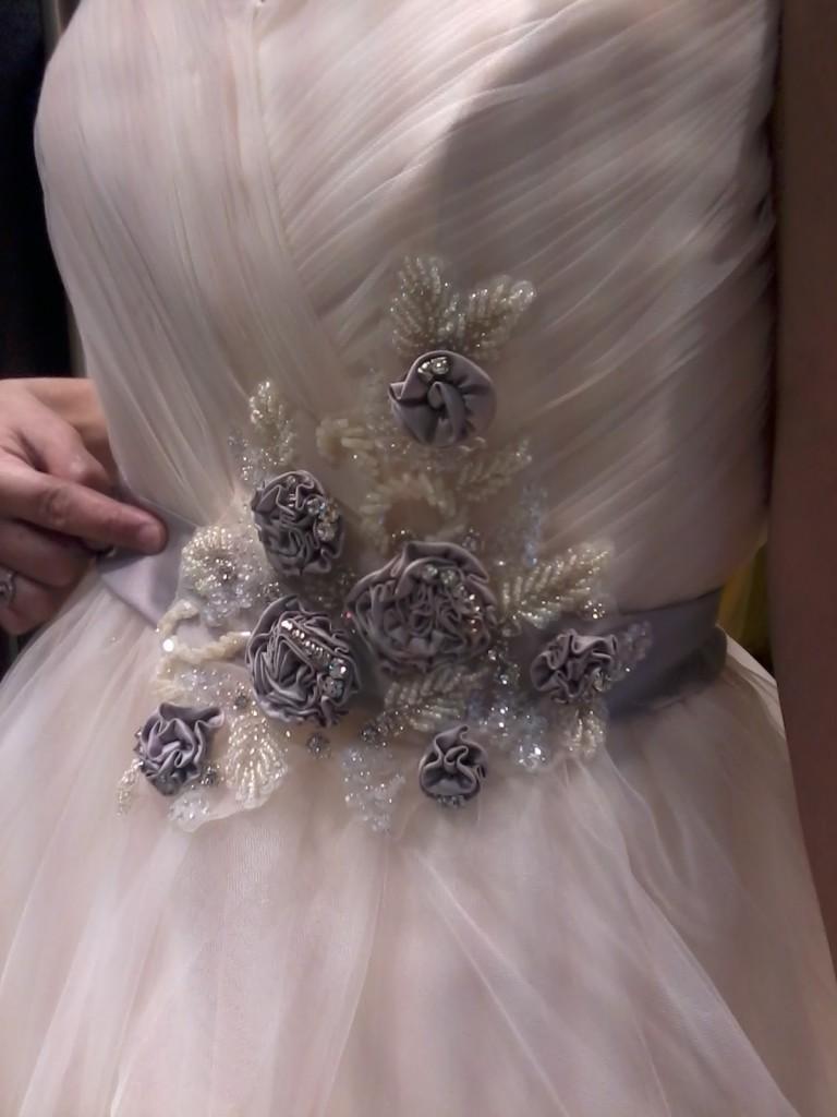 détails robe de mariée fleurs