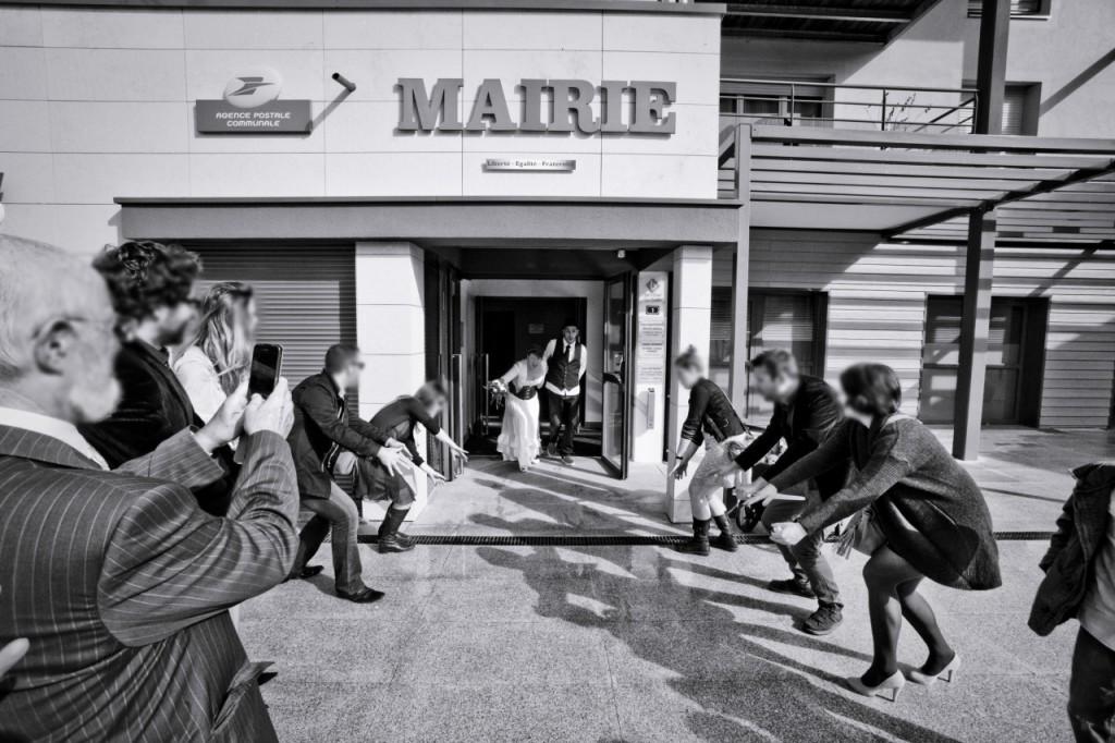 Sortie de la mairie et ola des invités ! // Photo : Pierre Grasset
