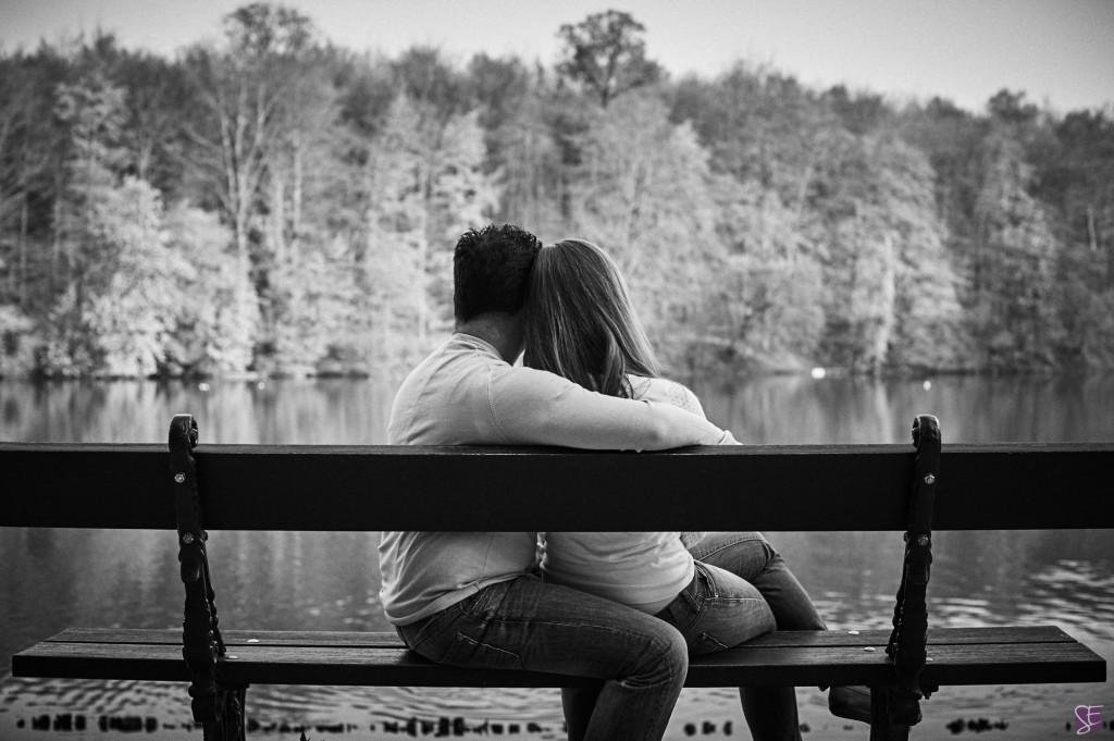 Photo de couple, sur un banc au bord du lac, pour une séance d'engagement / Photo : Stéphane Evras