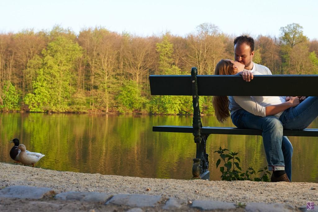 Photo de couple, au bord d'un lac sur un banc, pour une séance d'engagement / Photo : Stéphane Evras