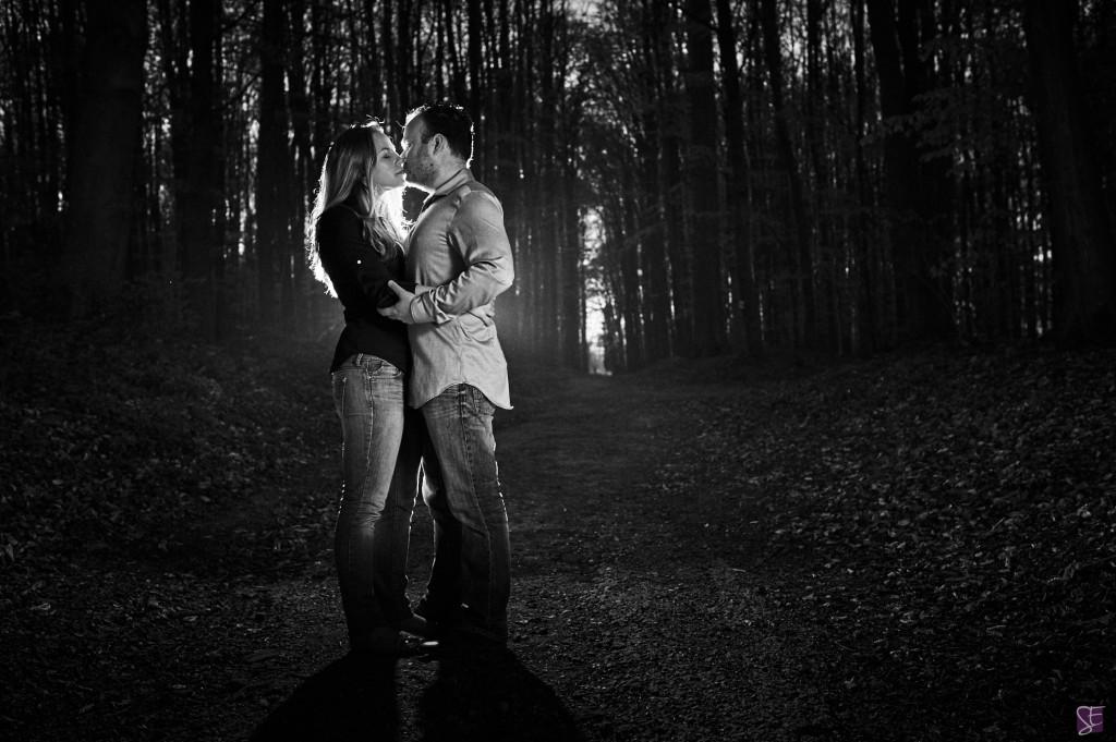 Photo de couple, dans la fôret, pour une séance d'engagement / Photo : Stéphane Evras