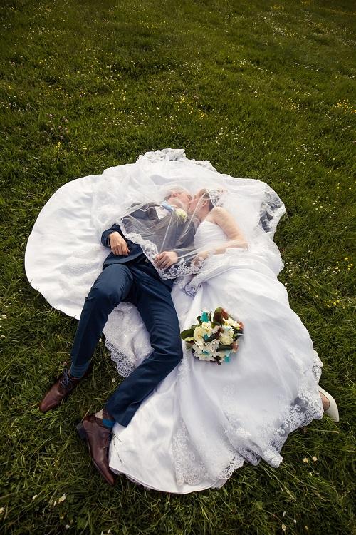 Nos photos de couple dans la prairie // Photo : Edouard Gasche