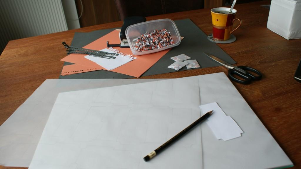 Atelier pour la réalisation de mon faire-part en corail et gris avec des confettis !
