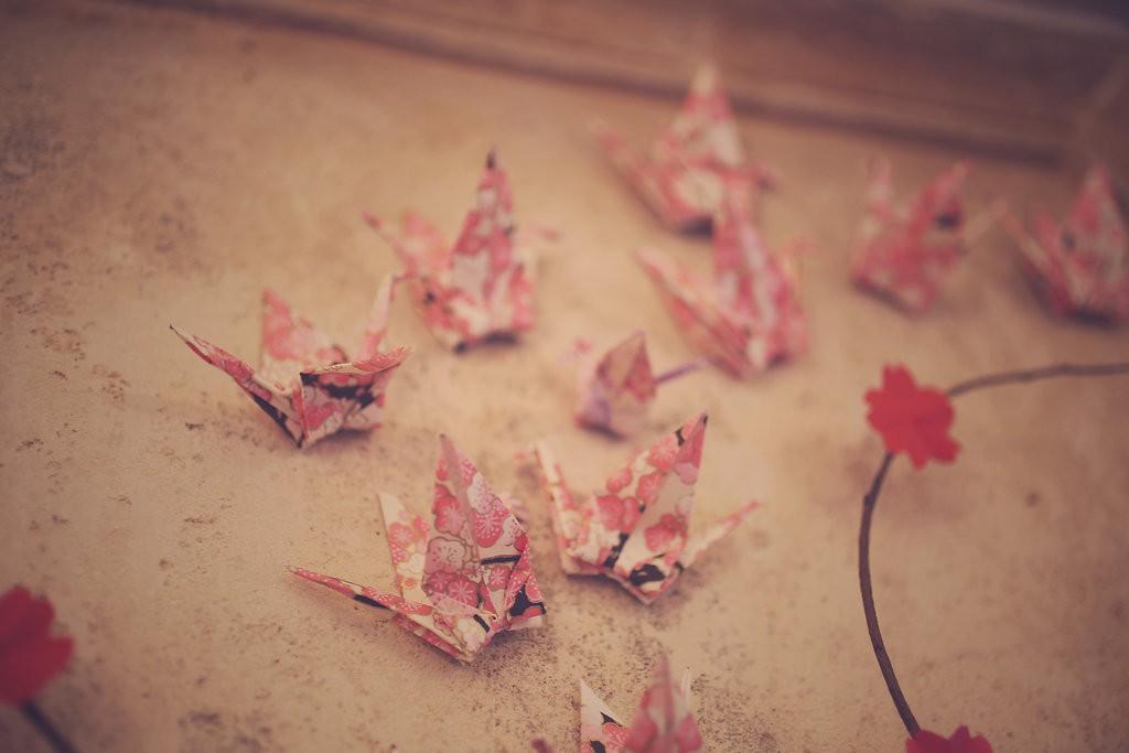 Décoration en fleurs et grues en origami // Photo : BabouchKAtelier