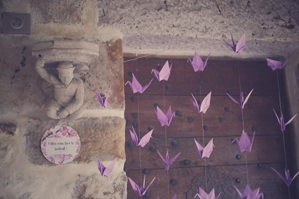 Décoration du photobooth avec des grues en origami // Photo : BabouchKAtelier