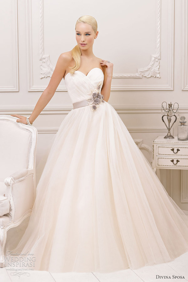 robe de mariée avec ceinture violette à fleurs