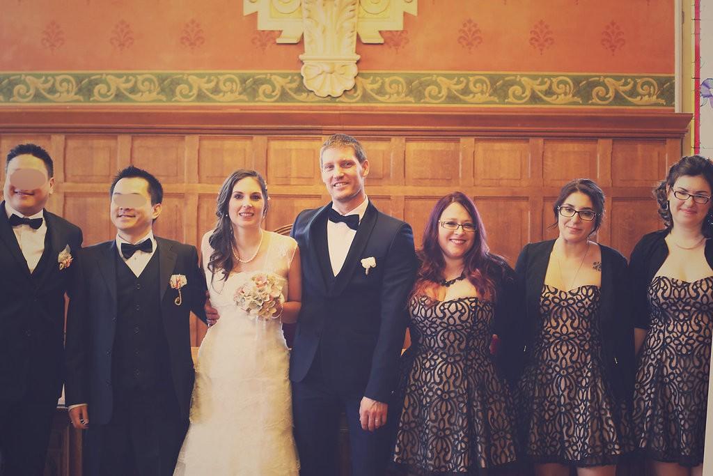 les mariés et leurs témoins assortis à la mairie