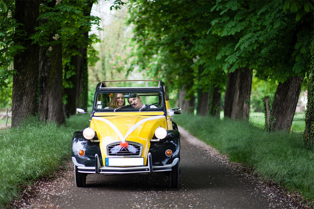 Notre séance photo pétillante, en orange et jaune, dans une 2CV // Photo : Julia Lorber Photography