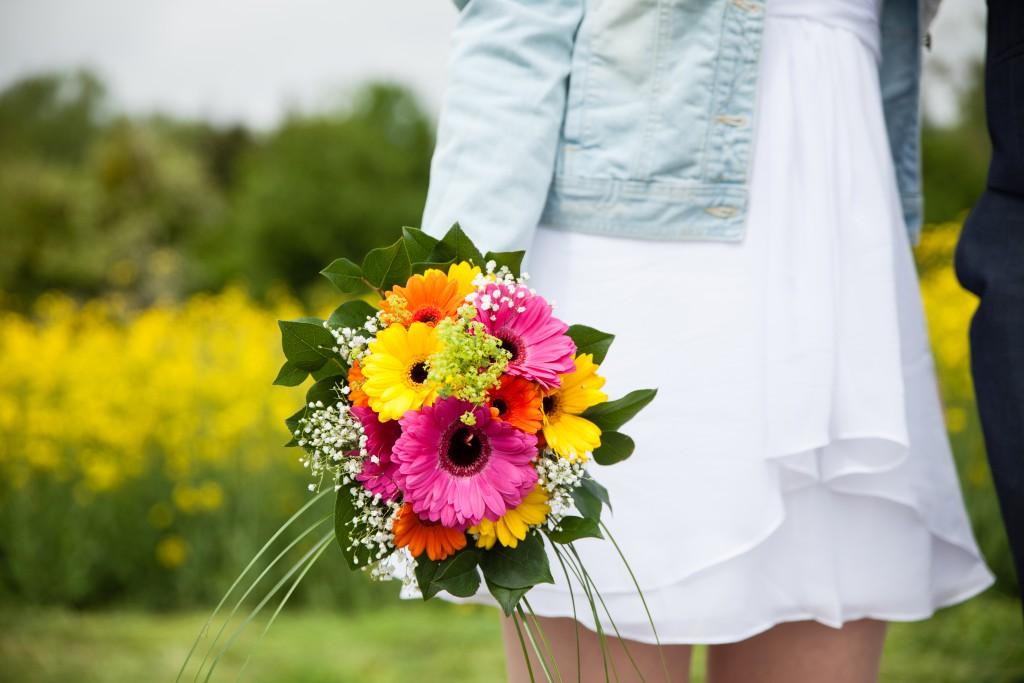 Ma tenue de mariée avec veste en jean et bouquet estival ! // Photo : Julia Lorber Photography