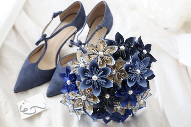Mes chaussures et mon bouquet de fleurs en papier pour mon mariage ! // Photo : Cynthia Cappe