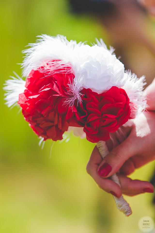 Aperçu de mes DIY réalisés pour le mariage : le bouquet de mes demoiselles d'honneur en fleurs de papiers rouges et plumes blanches // Photo : Caroline Bouchez