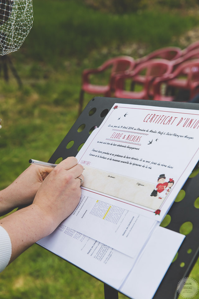 Aperçu de mes DIY réalisés pour le mariage : notre certificat d'union, esprit rétro en rouge et noir // Photo : Caroline Bouchez