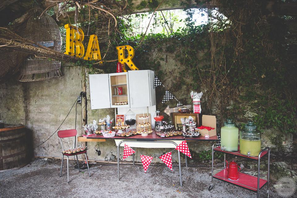 La décoration des extérieurs le jour J avec le candy bar en rouge et noir // Photo : Caroline Bouchez