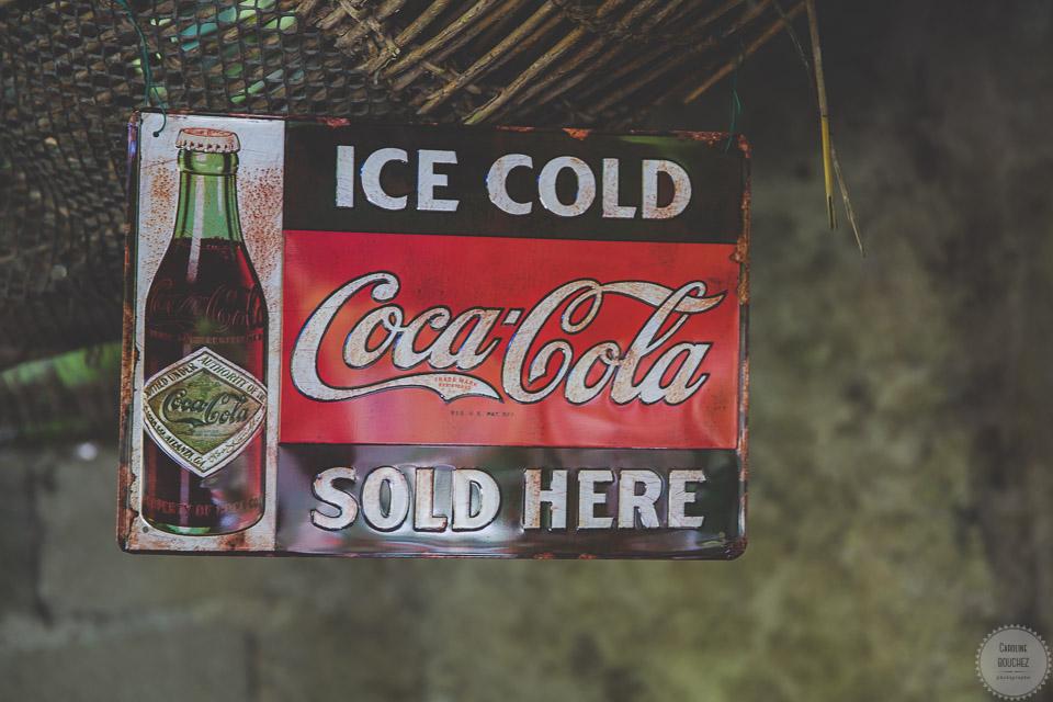 La décoration des extérieurs le jour J avec pancarte vintage Coca Cola // Photo : Caroline Bouchez
