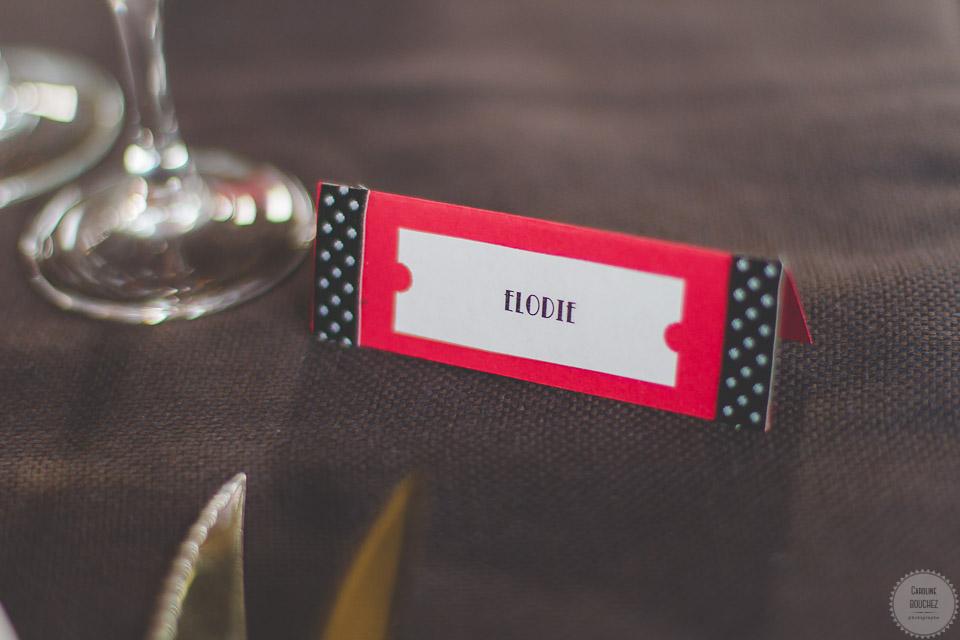 Aperçu de mes DIY réalisés pour le mariage : les marques-places, esprit rétro en rouge et noir // Photo : Caroline Bouchez