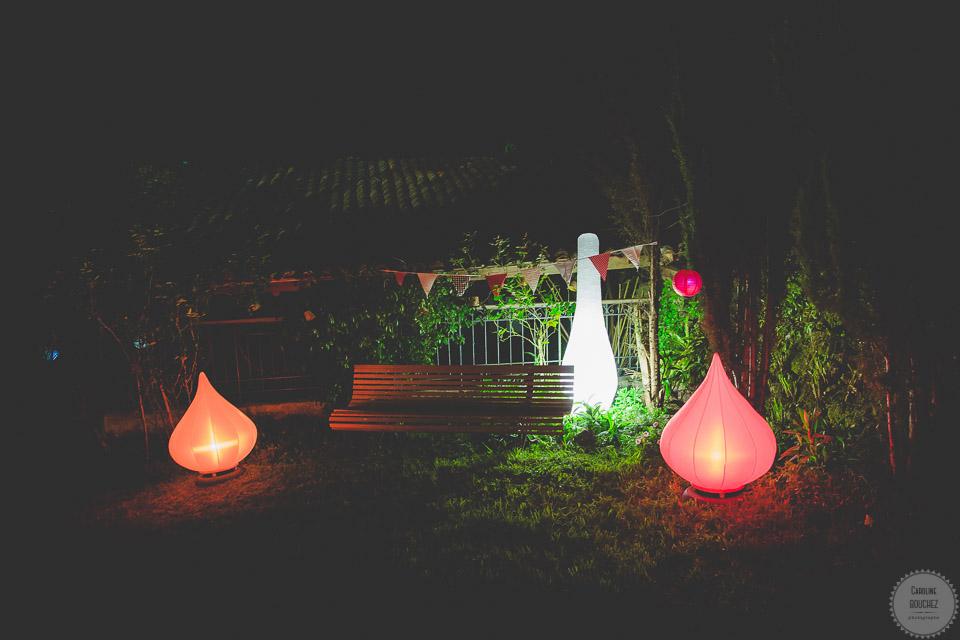 La décoration des extérieurs le jour J avec les éclairages de nuit // Photo : Caroline Bouchez