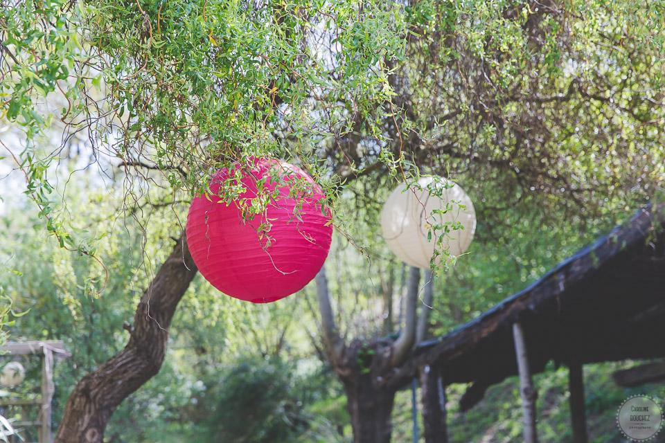 La décoration des extérieurs le jour J avec les boules japonaises // Photo : Caroline Bouchez