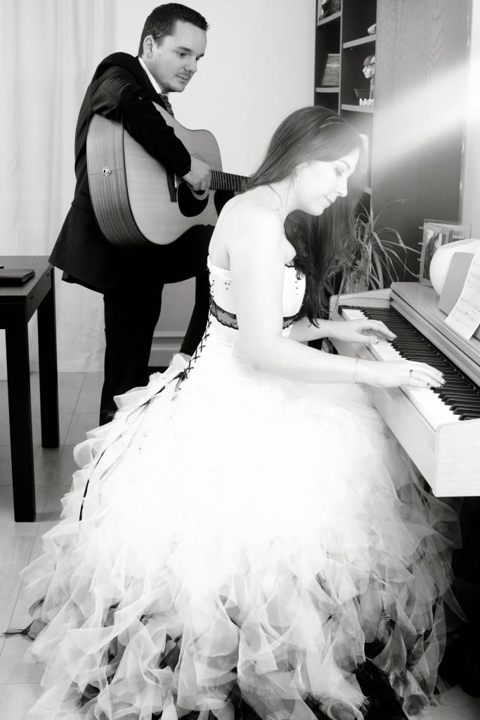 Nos photos de couple chez nous, au piano et à la guitare // Photo : Joëlle Dejanovski