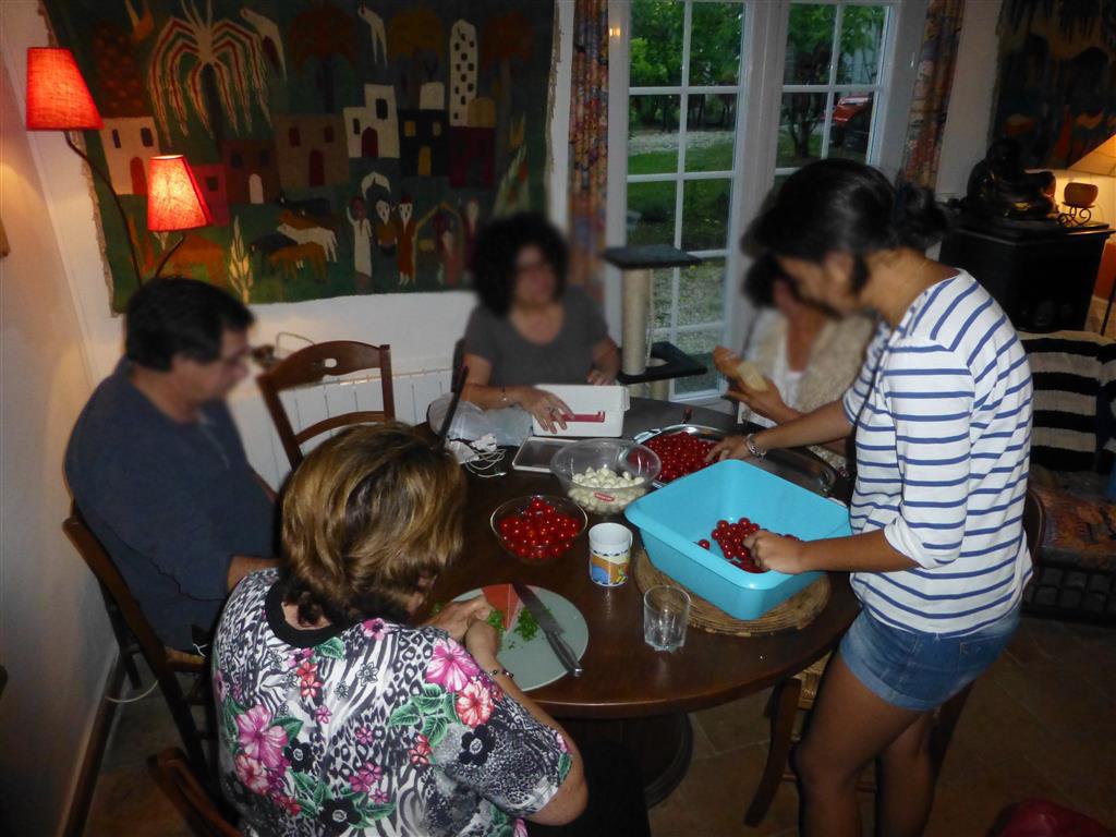 Une petite fête familiale pour célébrer le mariage : les préparatifs
