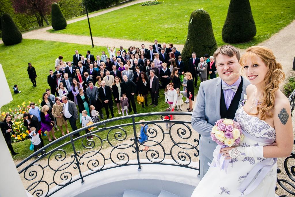 Mon mariage franco-américain en lilas et blanc : photo de groupe devant la mairie // Photo : Sarah Dawson