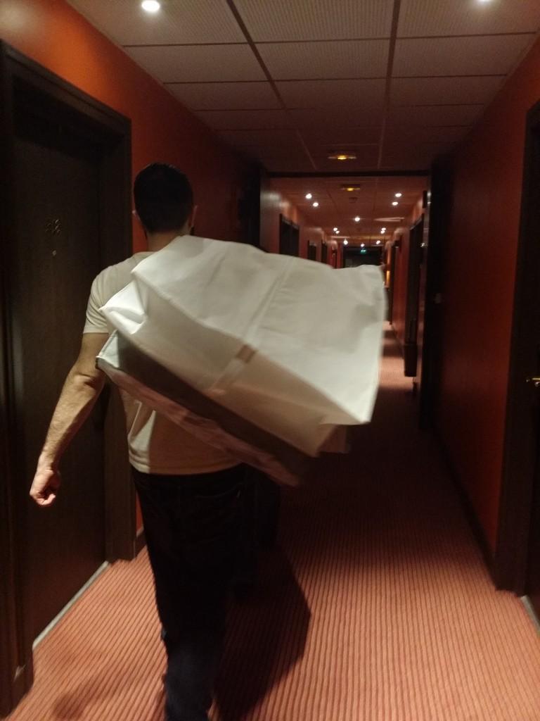Mise en place de la déco dans la salle de l'hôtel
