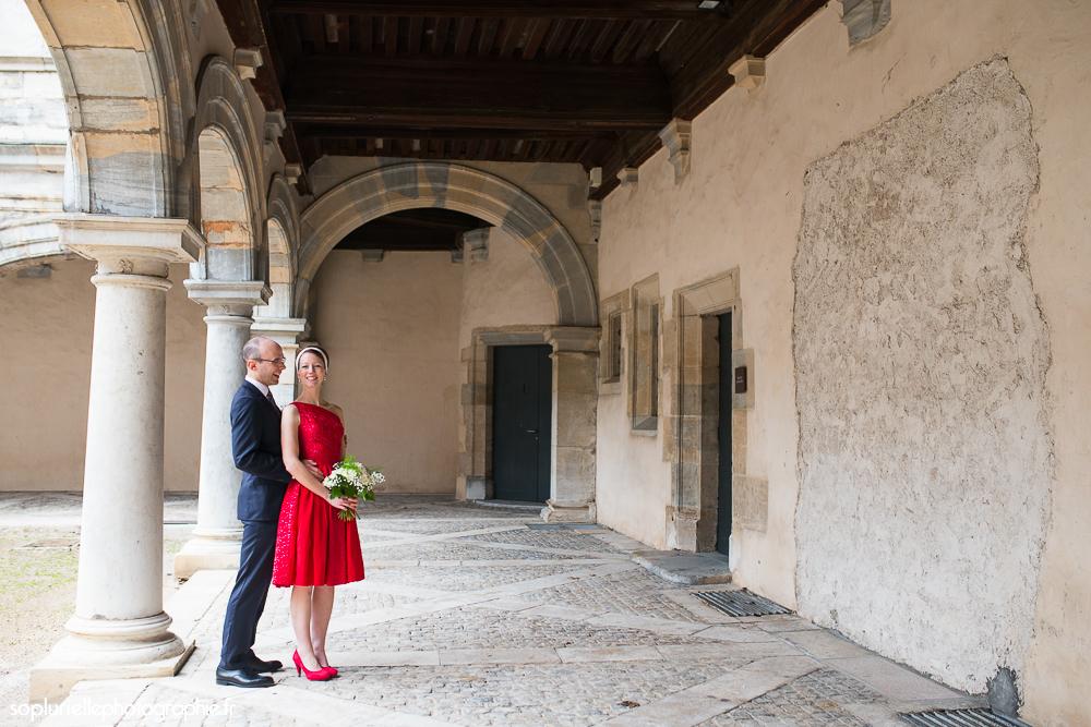 Mon mariage civil en rouge sur ciel gris : notre séance photos de couple