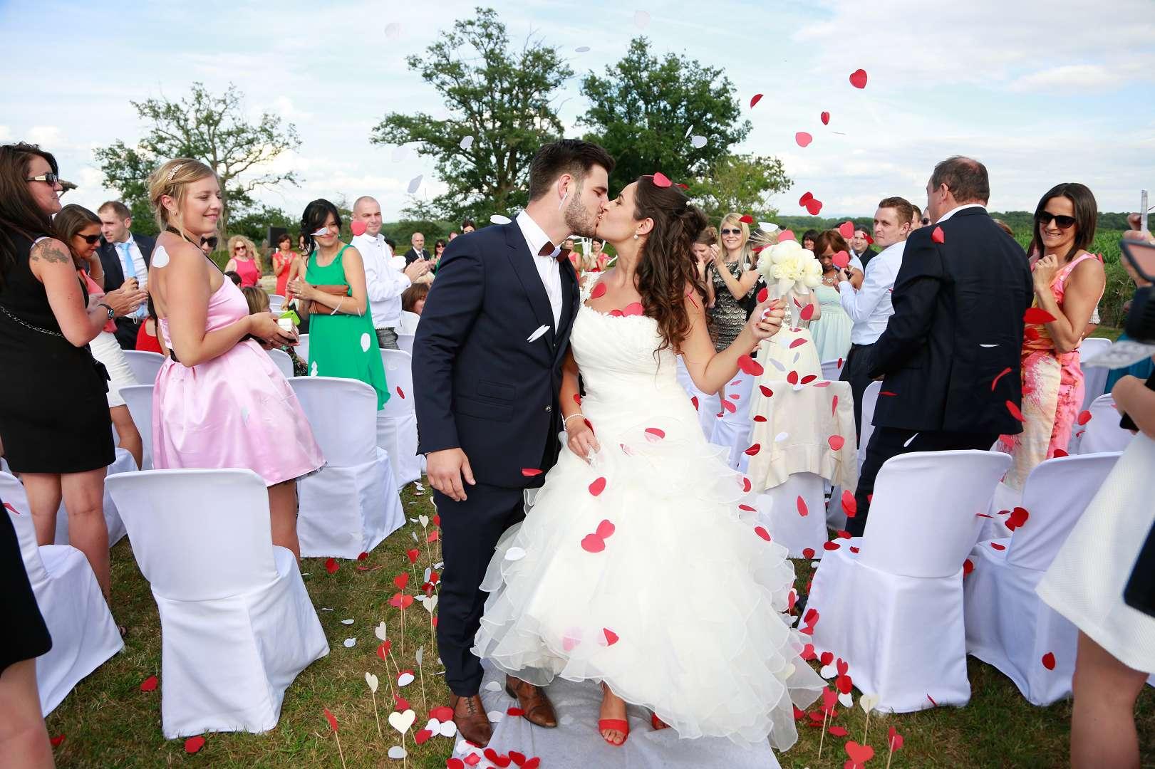 Le mariage d'Émilie avec une cérémonie laïque, beaucoup d'amis et des surprises en pagaille !