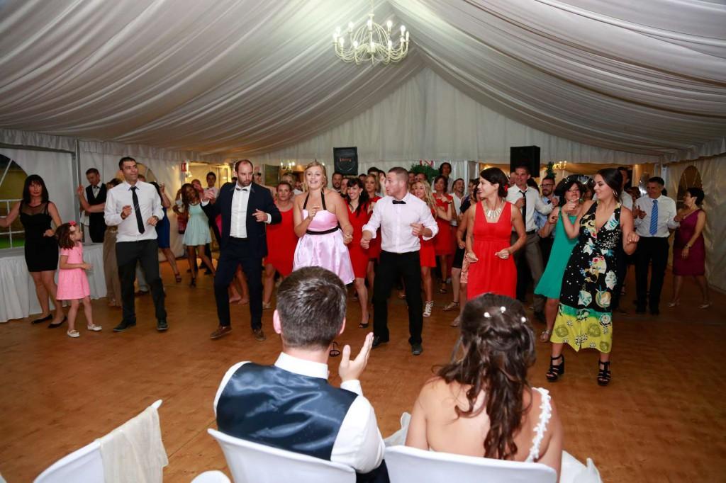 Le mariage d'Émilie avec une cérémonie laïque, beaucoup d'amis et des surprises en pagaille (29)