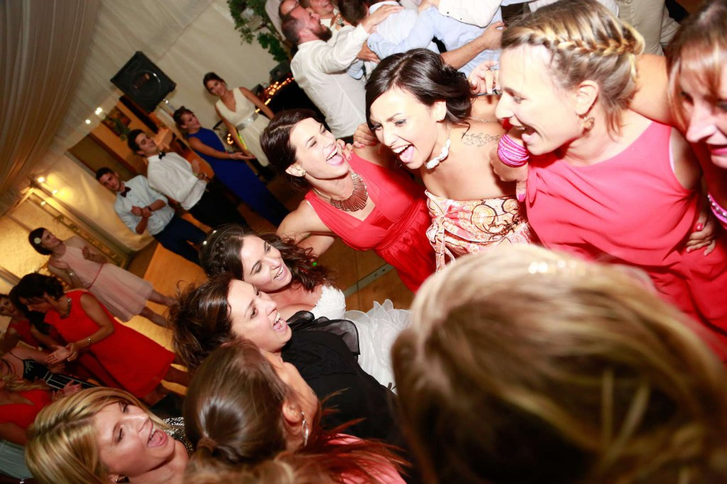 Le mariage d'Émilie avec une cérémonie laïque, beaucoup d'amis et des surprises en pagaille (30)