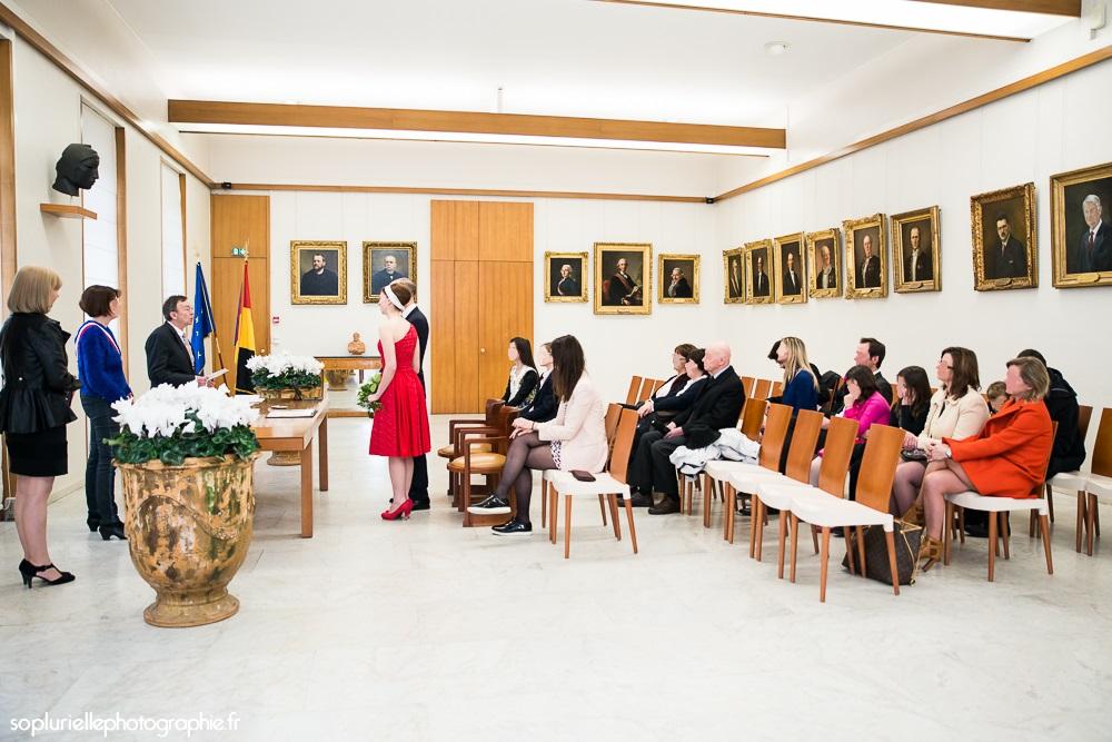 Mon mariage civil en rouge sur ciel gris : la mairie et la journée de fête