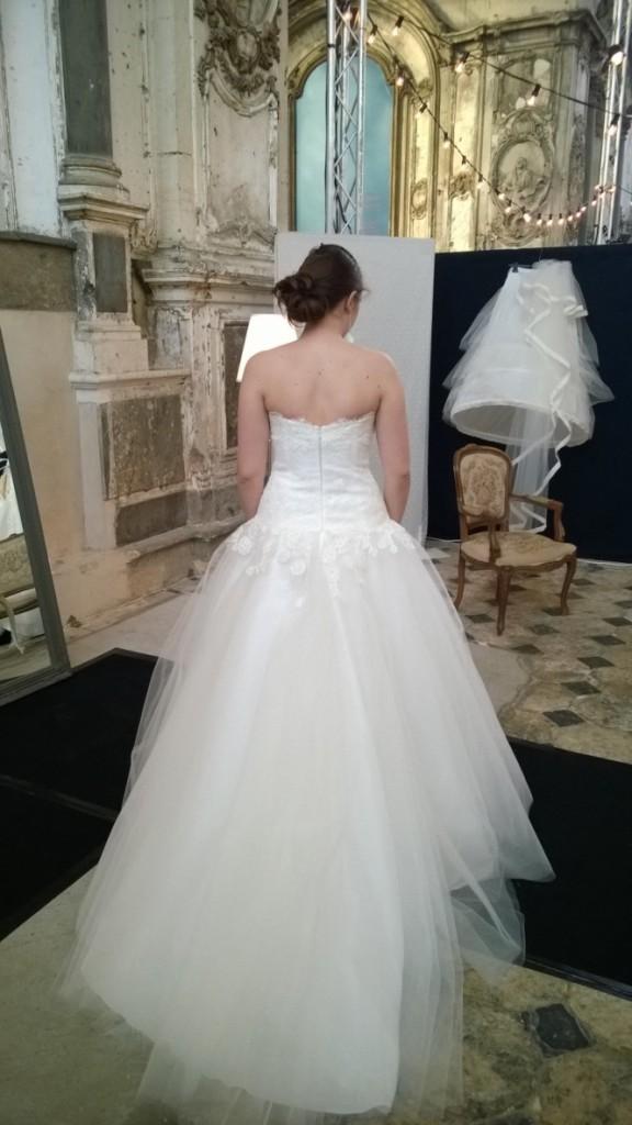 Essai de robe au salon du mariage