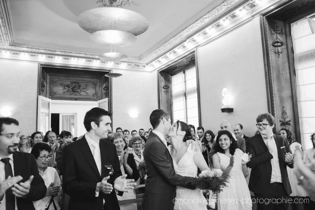 Déroulé de la cérémonie civile : le bisou ! // Photo : Amandine Gimenez
