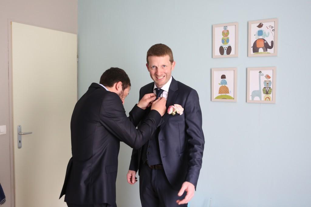 Ultimes préparatifs le jour J : le marié se prépare