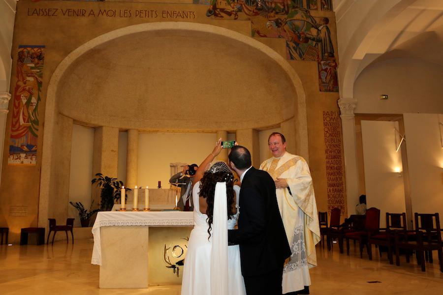 Selfie dans l'église par les mariés ! // Photo : Cynthia Cappe