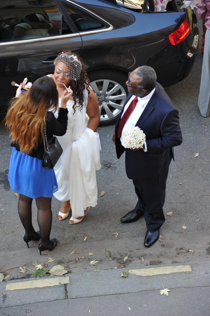 Retouche maquillage avant l'entrée dans l'église ! // Photo : Claude Duballe