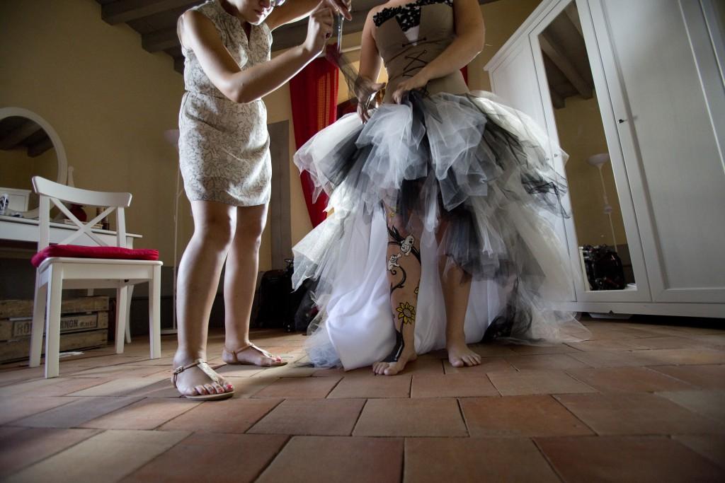 Habillage de la mariée // Photo : Pierre Grasset