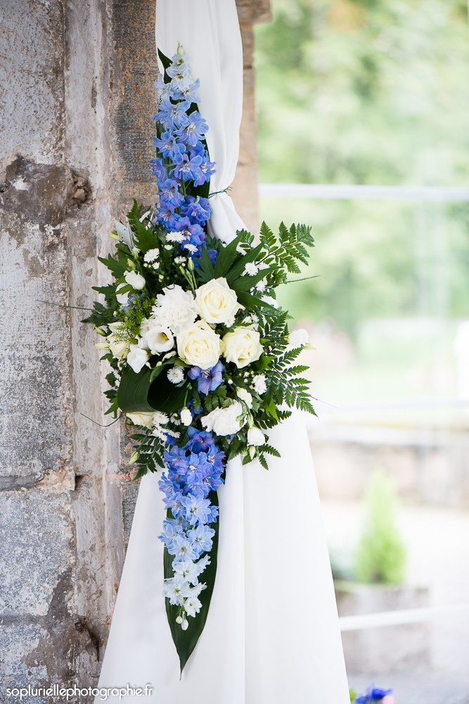 Compositions florales en bleu et blanc // Photo : Sonia Blanc