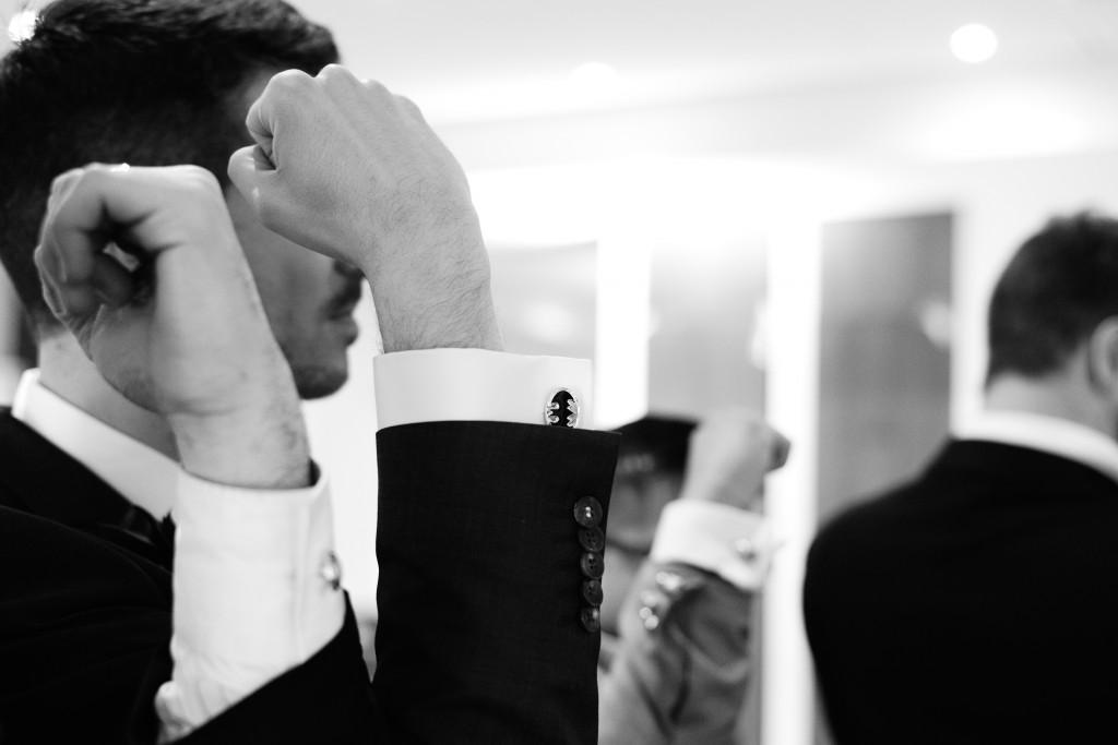 Les boutonnières et boutons de manchette des hommes ! // Photo : Basile Crespin