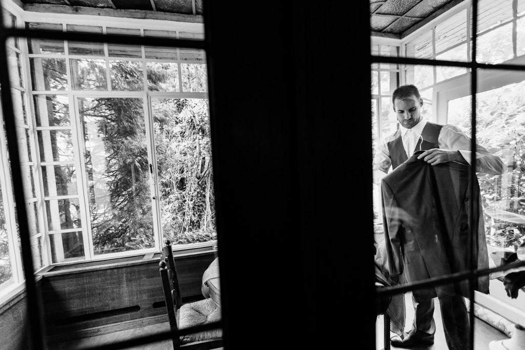 Derniers préparatifs du marié le jour J ! // Photo : Twane Photographe