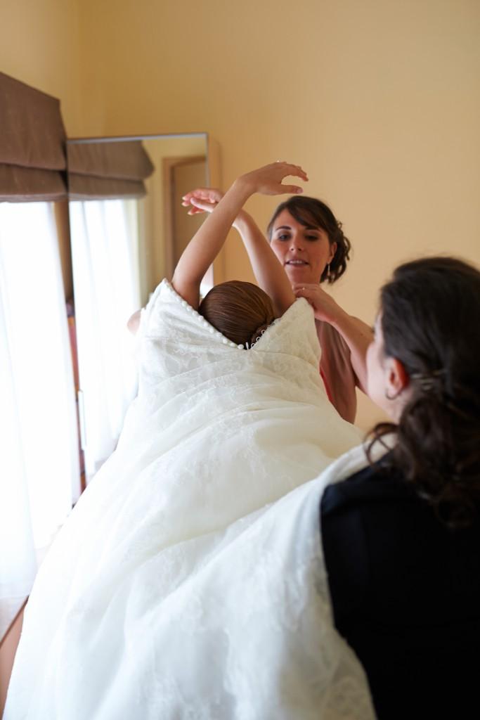 Mon habillage entre femmes selon la tradition grecque // Photo : Stephane Evras